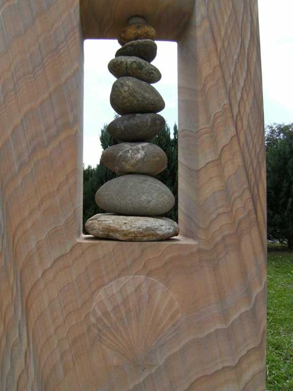 Grabstein mit Nordseesteinen