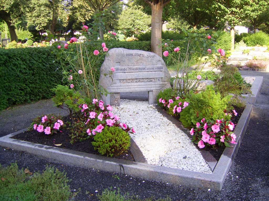 Gedenkstätte mit Grabstein
