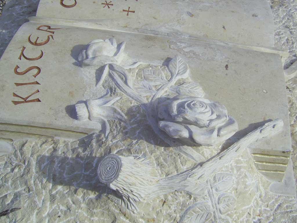 Grabsteinausschnitt mit Rosen