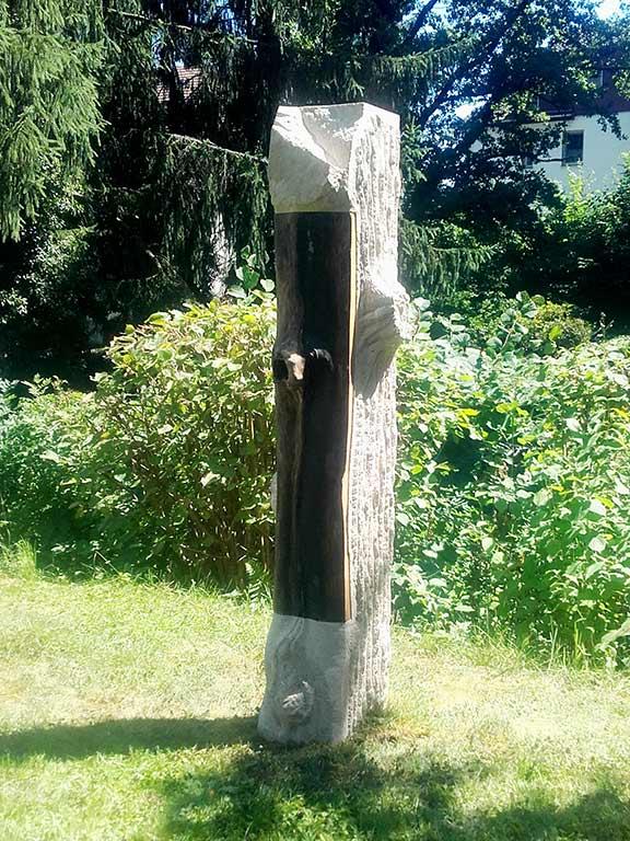 Stele in Holzoptik