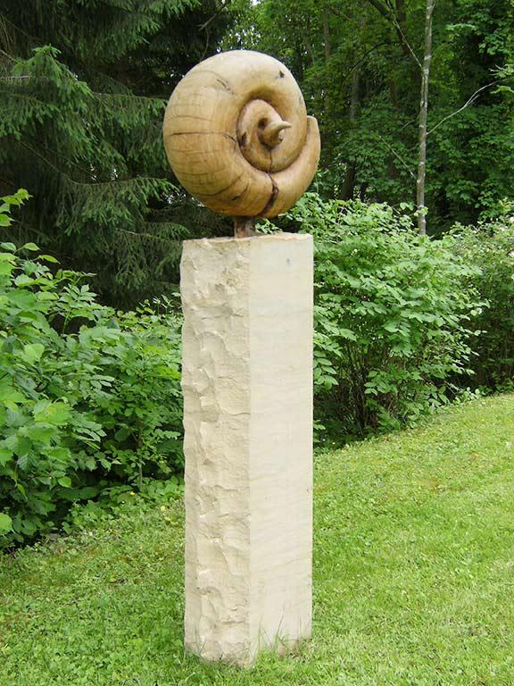 Stele mit Holzschnecke